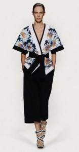 Consigli per il perfetto outfit da cerimonia.  - La blusa kimono: da preferire in seta, comoda anche con temperature elevate, sempre fresca ed elegante. Perfetta se indossata con un pantalone tre quarti dal taglio maschile.