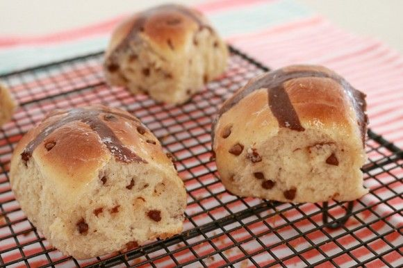 I love Thermomix Chocolate Chip Hot Cross Buns - perfect for Easter! | Bake Play Smile
