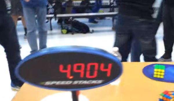 Con 14 años hace el cubo de Rubik en 4.9 segundos