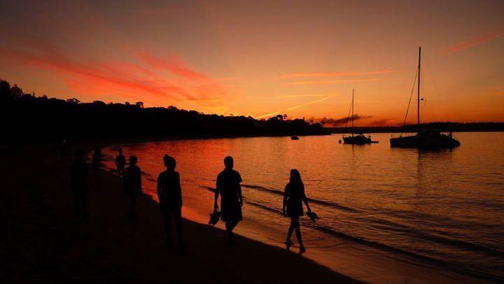 """Atardecer en Jibbon Beach. Esta pequeña pero hermosa playa es una de las tantas dentro del territorio del Royal National Park que es el primero y así el más antigüo parque nacional del mundo. Está ubicado a unos 29 kilómetros al sur del centro de Sydney y el """"Royal"""" (como le llaman los australianos) es parte de la lista del Patrimonio Nacional desde Diciembre del 2006. Su nombre al principio fue """"National Park"""" pero debido al paso por la región en tren de la Reina de Australia Elizabeth II…"""