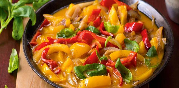 Na pánvi rozpalte olej a přidejte na proužky pokrájené cibule. V momentě, kdy zrůžoví, vmíchejte kari pastu. Po dalších 2–3 minutách vlijte do pánve...
