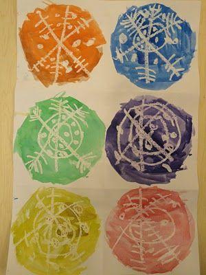 sneeuwvlokken van witte wasco, inkleuren met ecoline