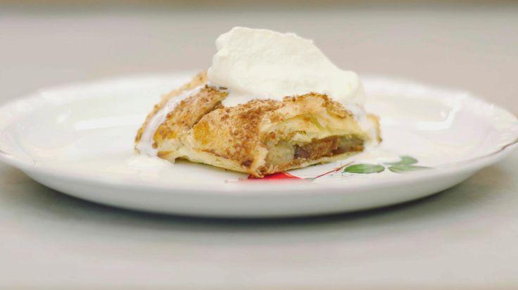 De Oostenrijkse keuken leerde de wereld de Apfelstrudel ontdekken. Een eenvoudig appelgebak dat zowel koud als warm in de smaak valt. Speculaas is dan weer een koek die bij ons zeer in trek is.Jeroen vindt dat debeide heel goed te combineren zijn en daarom bakt hij de Oostenrijkse trots met een vleug 'Sinterklaassmaak' van bij ons. Lekker bij een pot verse koffie of als dessert met een bol vanille-ijs of een toef slagroom erbij!