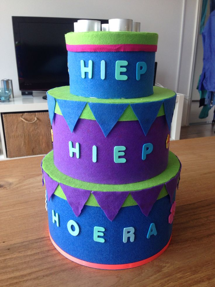Verjaardagstaart Dozen: sostrene grene Vilt: xenos Letters en stickers: hema