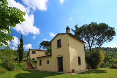 Villa Severini  Deze prachtige villa geeft een adembenemend uitzicht op Cortona (3 km). De villa is bij uitstek geschikt voor twee of drie families die samen op vakantie zijn (7 slaapkamers en 5 badkamers). In de tuin is het panoramische zwembad gesitueerd voorzien van duikplank en douche! Naast het zwembad heb je de beschikking over een buitenkeuken. Ideaal om na een frisse duik de lunch voor te bereiden! De villa is sfeervol ingericht (Toscaanse stijl) met stenen muren en houten…