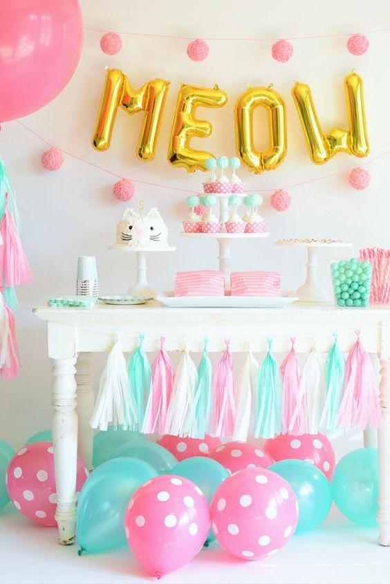 No necesitas colgar los globos polka o tu diseño favorito cuando decores, utilízalos para adornar el piso del salón, jardín y lugar en donde celebres ese día.