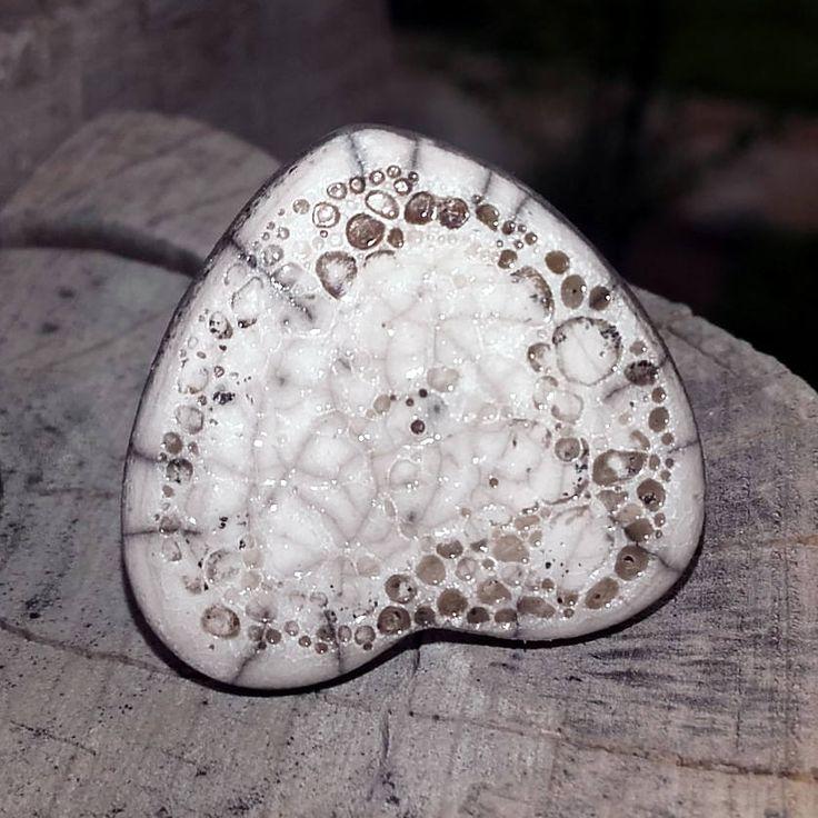 Se acerca San Valentín, no sería bonito regalar este anillo de mi tienda de #etsy: Anillo corazón imperfecto blanco http://etsy.me/2ndqPTa #joyeria #anillo #si #ceramica #minimalista #no #blanco #amoryamistad #mujer