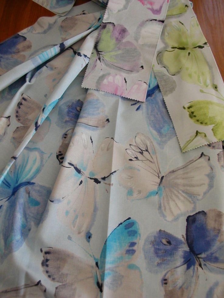 Digitális nyomtatással készült színes pillangó mintás pamut sötétítő függöny, festett hatású. Színek: lila, zöld, türkiz
