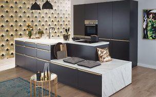 Designer-Küche kaufen: Moderne Küche in hellem Grau mit Insel und Einbaugeräten von Blaupunkt. Planen Sie im Küchenstudio oder zu Hause!