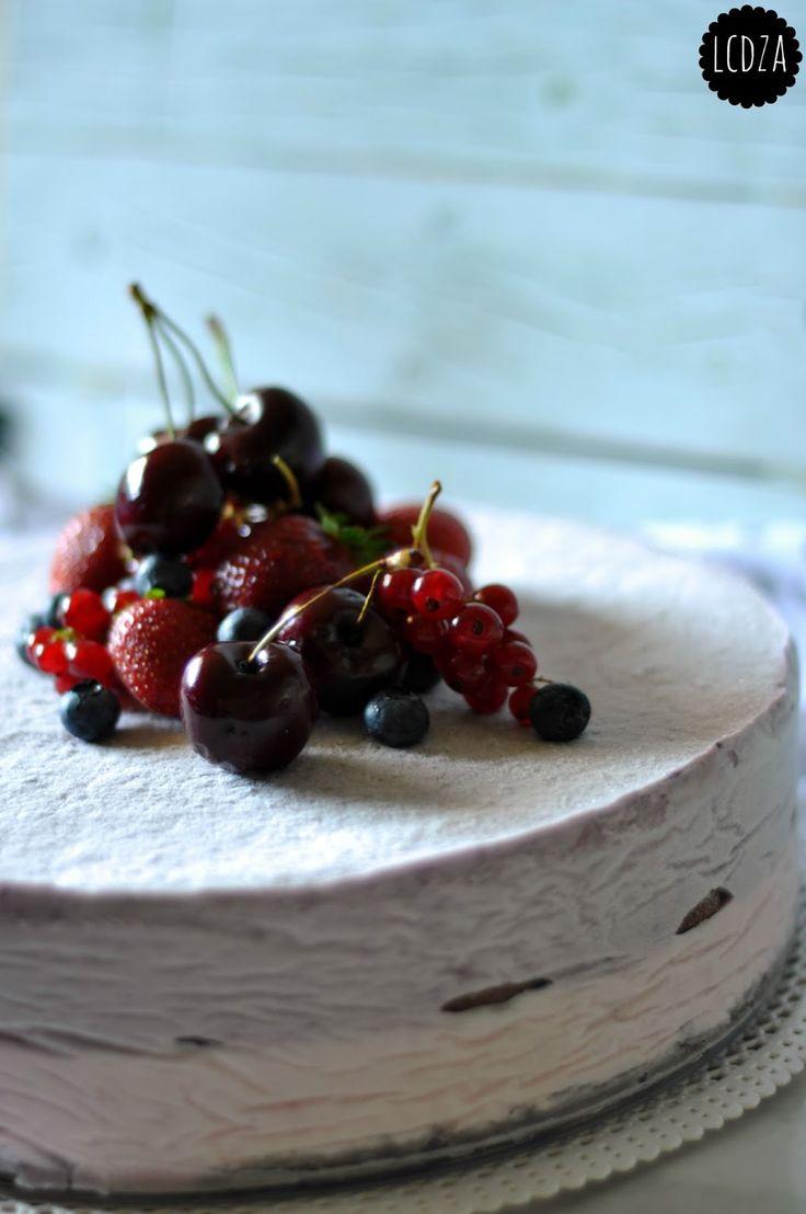 E anche questo mese sta per volgere al termine, e anche questo mese arrivo a pubblicare la ricetta per Re-Cake 2.0 in extremis a dir poco. In realtà questa volta ho un alibi di ferro, poiché la torta in questione l'ho preparata per il compleanno del maritozzo. E mica è colpa mia se lui è nato il 25 e ha festeggiato ieri :) Quando le ragazze di Re-Cake ci hanno proposto questa meraviglia di cheesecake, ancora non avevo pensato seriamente alla torta da preparargli per il compleanno. Sapevo...