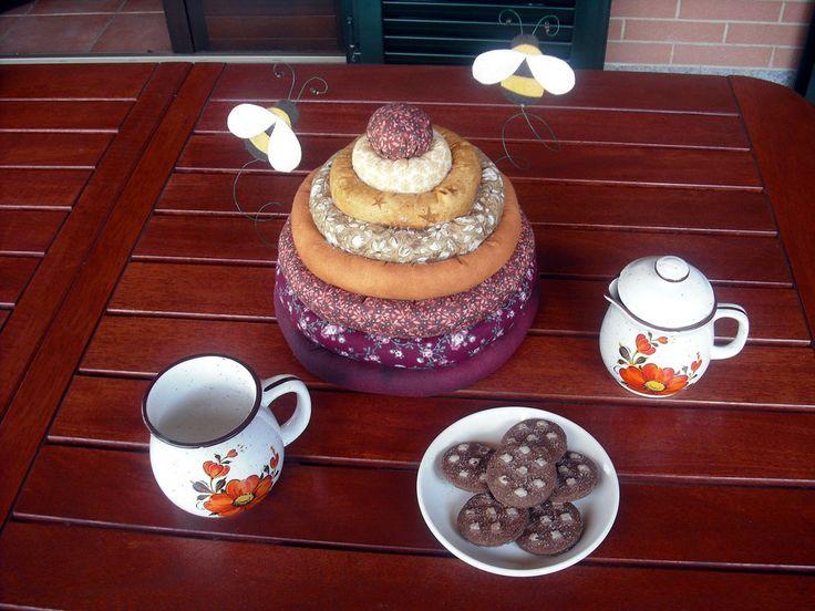 IDEA REGALO: Copri biscotti, copri pane, copri torta in stoffa americana a forma di alveare , by lalunadistoffa, 23,00 € su misshobby.com