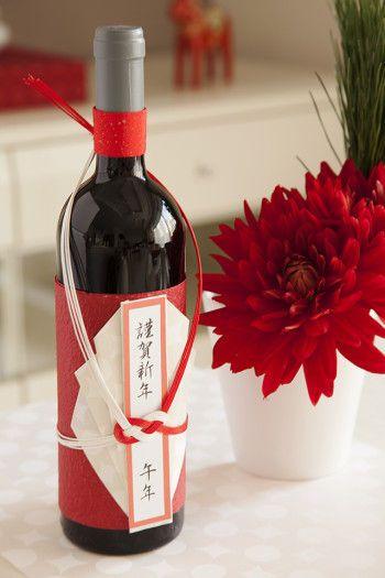 ワインボトルは和紙、懐紙、水引で装飾しています。 ボトルのラベルの英字を隠して、和風なイメージを出します。