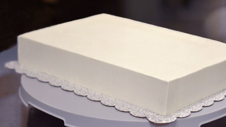 How to Frost a Half Sheet Cake - Some really great suggestions.