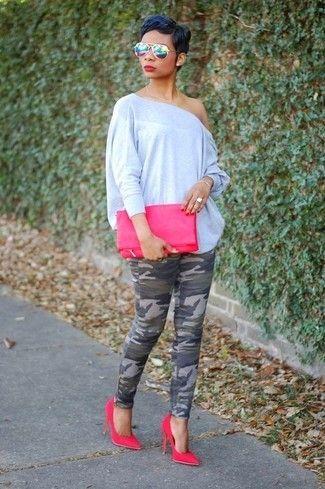 Si buscas un look en tendencia pero clásico, intenta combinar una blusa de manga larga gris junto a unos pantalones pitillo de camuflaje verde oscuro. Completa el look con zapatos de tacón de ante rosa.