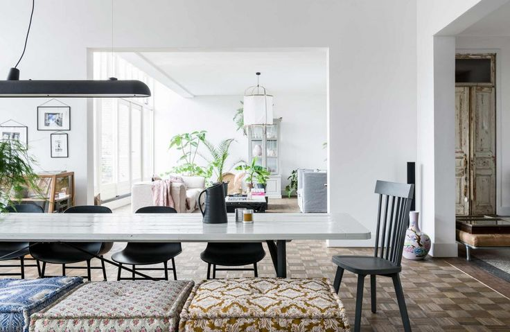 Eethoek witte tafel en verschillende stoelen | Dining area with white table and a variety of chairs | vtwonen 10-2017 | Fotografie Sjoerd Eickmans | Styling Moniek visser