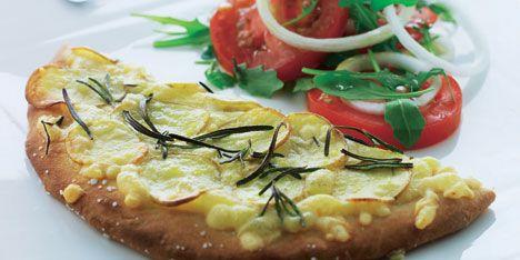 Opskrift på Kartoffelpizza med tomatsalat fra - Hjemmet