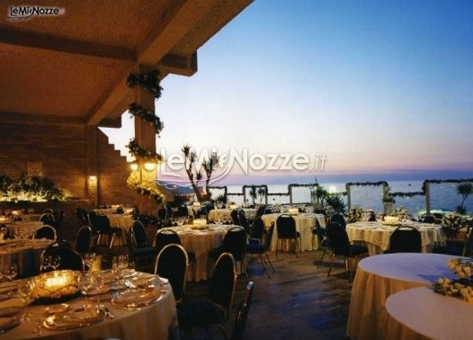 http://www.lemienozze.it/operatori-matrimonio/luoghi_per_il_ricevimento/hotel-sul-mare-bari/media/foto/24  Una location matrimonio elegante e suggestiva con ristorante che affaccia sul mare