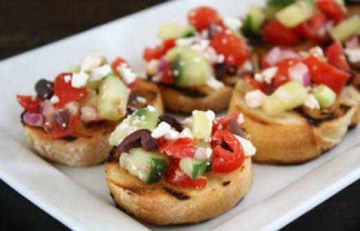 Συνταγή: Μπρουσκέτες με ντομάτα, αγγούρι και ελιές