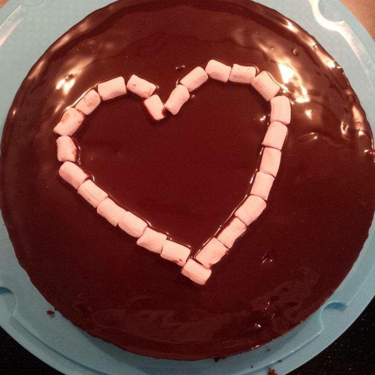 Chocolade taart met romige genache en mini marshmallows