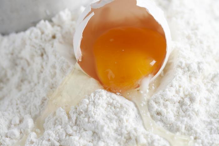 Een ei te weinig, geen zelfrijzende bloem meer in huis... Sommige bakingrediënten kun je vervangen door iets anders. Wat en hoe, dat lees je hier!