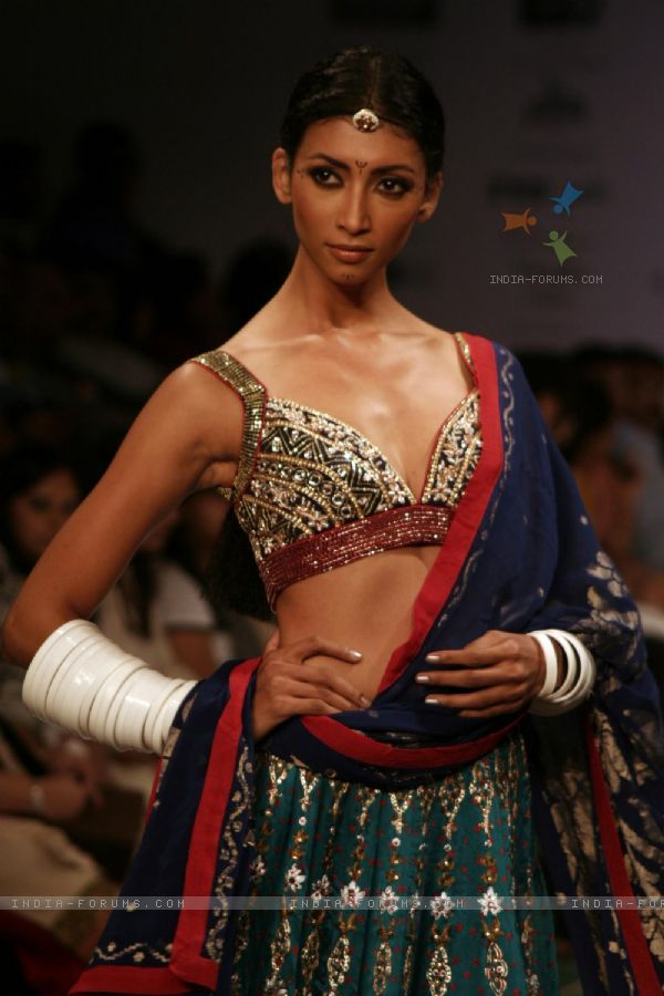 Model display design of Anita Dongre at Kolkata Fashion Week