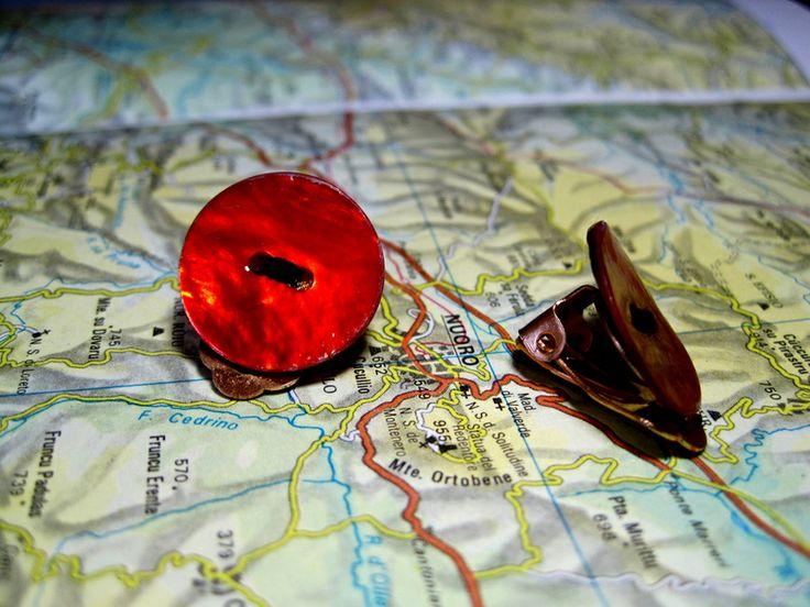 Clip Bottone Madreperla dipinta di Rosso di L'atlante dei Bottoni Bijoux su DaWanda.com