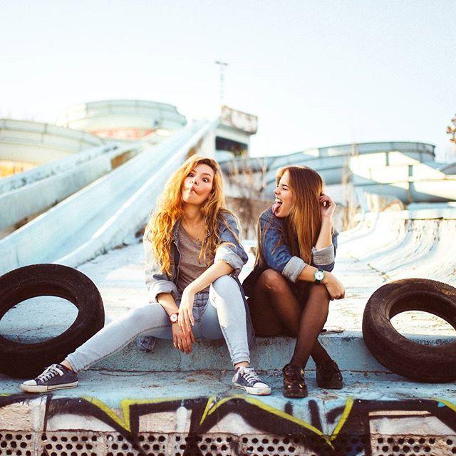 Adoro a estas dos mujeres. Adoro su forma de ser, de estar. Adoro sus ganas de ser mejores personas, cada día que pasa. Adoro su belleza, tanto interior como exterior, aunque todos somos concientes que lo más importante está por debajo de la piel. Adoro sus idas de olla, sus intentos de caras feas, su risa, esa risa tremendamente contagiosa. Sus acentos, cada una de un lugar diferente, pero igualmente adorables. Adoro sus miradas sinceras, claras, brillantes, ardientes, llenas de vida…