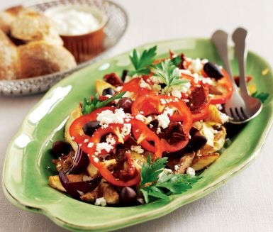 Njutbar grekisk pytt med fläskfilé, ingefära, potatis, fetaost och tomater. Servera denna både färg och smakfyllda pytt tillsammans med tzatziki och färskt bröd.