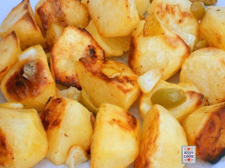 Patate al limone e olive, dal sapore particolare e molto buono, adatte a tanti piatti di carne, pesce o formaggio. La ricetta è molto semplice da preparare.