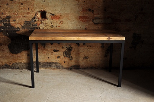 Interior design recupero tavolo realizzato con base in ferro e piano in legno di recupero. il piano è realizzato con un vecchio tavolame in abete ma può essere fatto in rovere o castagno. dimensione: su misura. SESTINI E CORTI