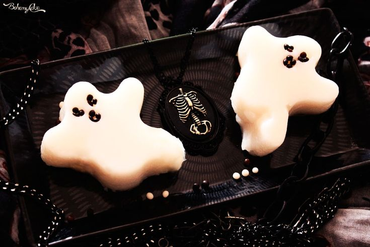 I Bianchi Fantasmi sono dei dolci a cucchiaio perfetti da servire nella notte più spaventosa dell'anno, quella di Halloween.
