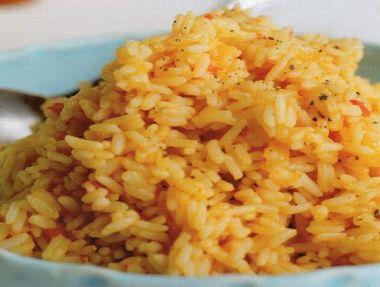 Cibuli a rajčata rozmixujme na hladké pyré, dáme do rendlíku, podlijeme vývarem a na středně silném ohni přivedeme za občasného míchání k varu. Přidáme rýži, 1x zamícháme, zmírníme oheň, rendlík přiklopíme a rýži vaříme 20-25 minut, dokud se všechna tekutina nevstřebá a rýže nezměkne. Podle chuti osolíme a opepříme.