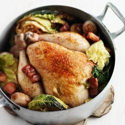 Recept voor hele kip met groene kool en spek. Lees meer op ZTRDG.nl.