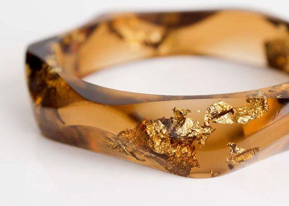 tiger eye wavy eco resin bangle with gold flakes от RosellaResin