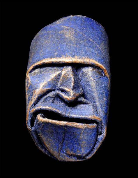 Des visages sculptés à partir de rouleaux de papier toilette vides par l'artiste français Junior Fritz Jacquet, qui déforme avec minutie ces tubes de carto