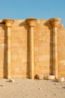 EGYPTELa Maison du Sud. La pyramide à étages de Sakkara (ou Saqqara) est haute de 60 mètres. Construite aux environs de 2737–2717 avec JC. avec des blocs de pierre par le Pharaon Djéser fondateur de la III° dynastie de l'Ancien Empire
