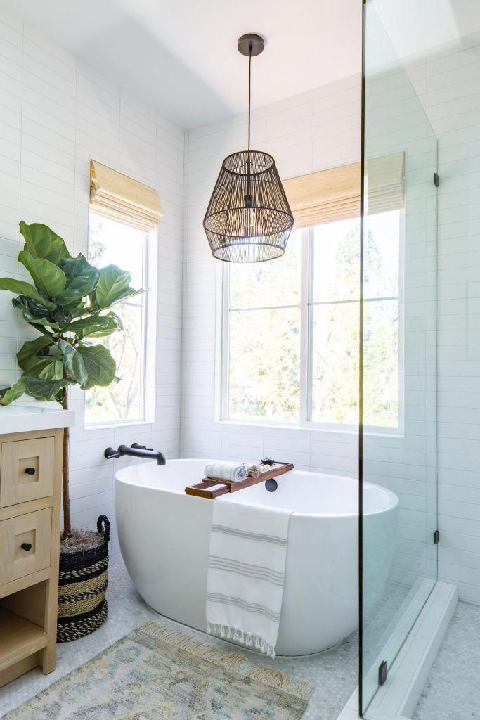 Who Wouldn T Love A Long Soak In This Cozy And Clean Modern Bathroom Design From Anita Yokota The Design Enthusiast Created A Beau In 2020 Modern Bathroom Bathroom Interior Modern Bathroom