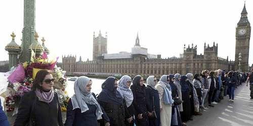 Cronaca: #Londra #donne #musulmane in piedi sul ponte di Westminster in segno di solidarietà verso le vittime ... (link: http://ift.tt/2onCoWJ )