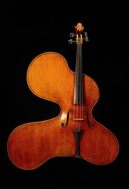 Violino-arpa. Amøbeformet violin fra slutningen af 1800- tallet udstillet på Musikmuseet, via Flickr.