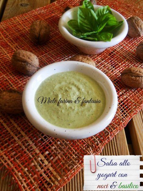 La salsa allo yogurt con noci e basilico e' una deliziosa crema leggera, adatta a condire e accompagnare verdure crude, carni e pesci alla griglia o lessati