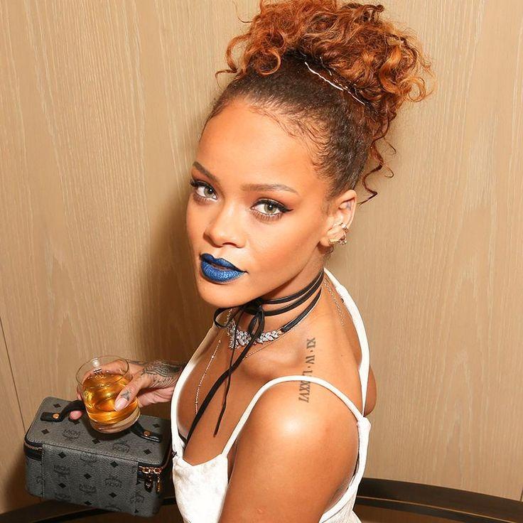 Tendance rouge à lèvres bleu et choker popularisée par Rihanna