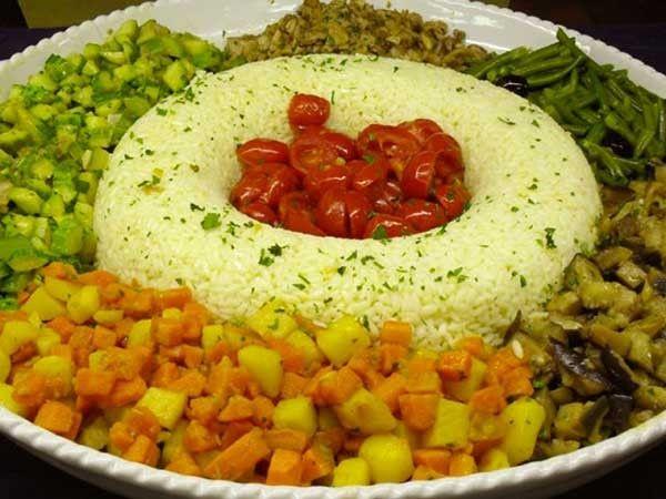 """Non è raro che nelle cucine si senta parlare del """"riso Pilaf""""; in realtà il riso pilaf non è una varietà di riso, bensì un sistema di cottura del riso stesso, attraverso il quale si ottiene un riso con i chicchi ben separati e sgranati tra loro.   Il termine """"pilaf"""" è di origine turca e significa """"riso bollito""""; per questo tipo di cottura si usa praticamente ogni tipo di riso, da quelli con i chicchi belli grossi al basmati, dai chicchi lunghi e affusolati."""