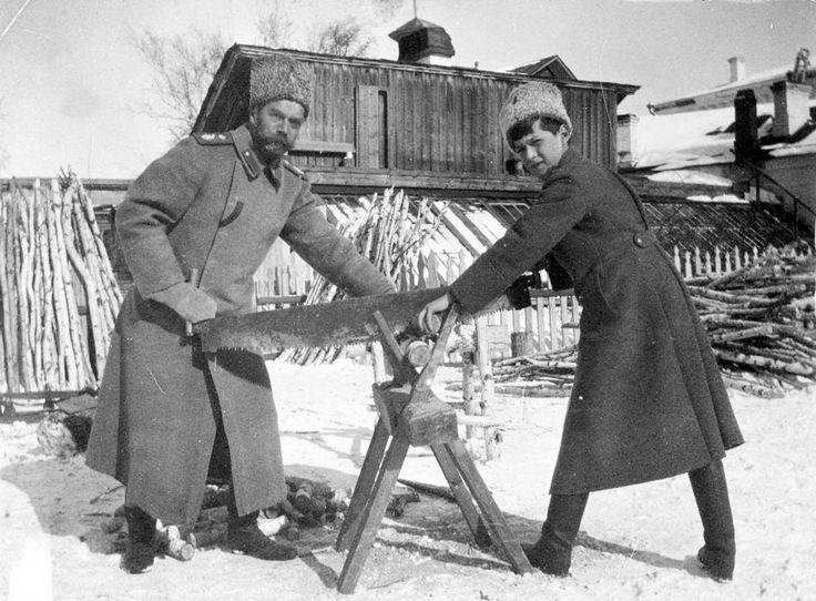 Cette photo montre l'empereur et son fils Alexeï travailler en exil à Tobolsk, en 1917.