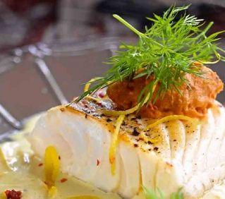 Cabillaud sauce citronnée pavés de cabillaud 3 citrons (non traités) 280 g de tomates séchées (à l'huile) 6 filets d'anchois (à l'huile) 1 c. à café de câpres 1 gousse d'ail   piment d'Espelette 50 cl de fumet de poisson 40 g de farine 2 c. à soupe de baies roses 15 cl de crème épaisse 60 g de beurre