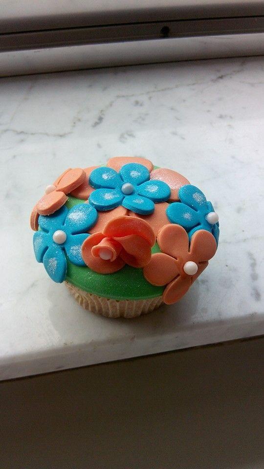 Cupcake met suikerpasta bloemen