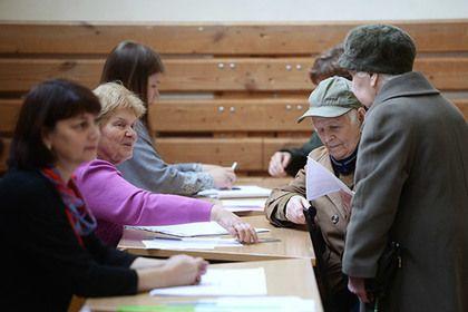 Сахалинский избирком проверит данные о подкупе избирателей       Избирательная комиссия Сахалинской области за первые 10 часов выборов зарегистрировала восемь жалоб, в том числе о подкупе избирателей.Отмечается, что одна из жалоб касалась запрета на вынос бюллетеня с избирательного участка. Вся информация отправлена в органы полиции.