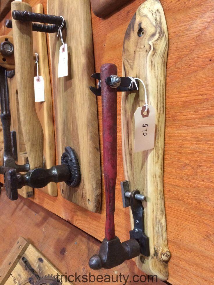 Hämmer und andere Werkzeuge wurden zu einzigartigen Türklopfern wie David Duckett, Mill