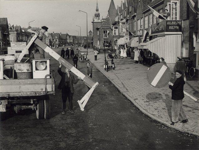 Haarlem 1954 Rijksstraatweg bij de hoek van het Soendaplein en de Floressstraat, ziende naar het Noorden