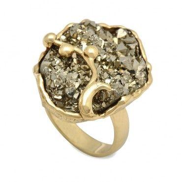 Μεγάλο χειροποίητο δαχτυλίδι χρυσό Κ18 με ορυκτό σιδηροπυρίτη χρυσoύ χρώματος πιασμένο με χρυσό κλαδί | Δαχτυλίδια ΤΣΑΛΔΑΡΗΣ στο Χαλάνδρι #σιδηροπυριτης #χρυσο #δαχτυλίδι