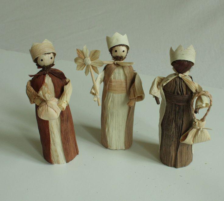 """""""My tři králové..."""" - tři figurky volně stojící Interiérová dekorace tři králové - vánoční betlém v přírodních barvách volně stojící. Výška stojící figurky je 15 - 17 cm. CENA JE POUZE ZA TŘI KÁLE Na poslední fotografii je více figurek - pro vaši představu. Základní betlem se může doplňovat o další figurky."""